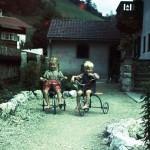 Kinder mit Dreirad